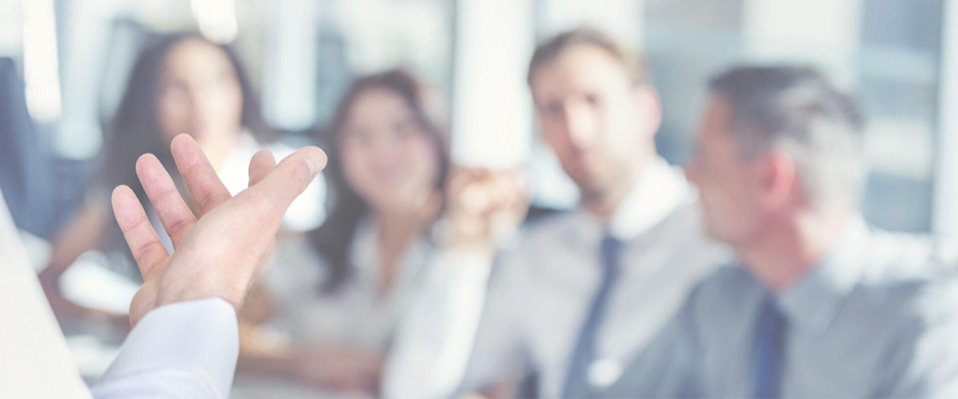 Persone che parlano in ufficio - Cittamoderna investimenti immobiliari