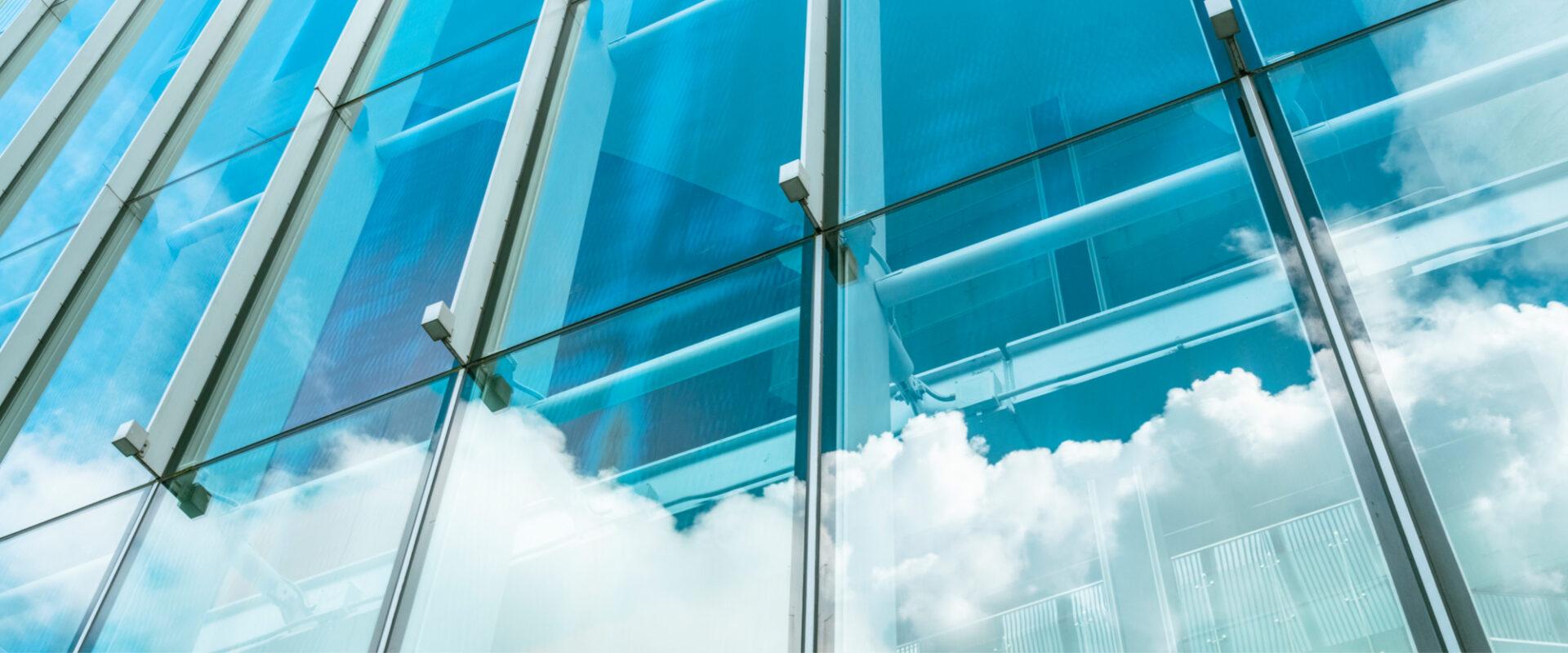 Facciata palazzo con vetrate - Cittamoderna investimenti immobiliari