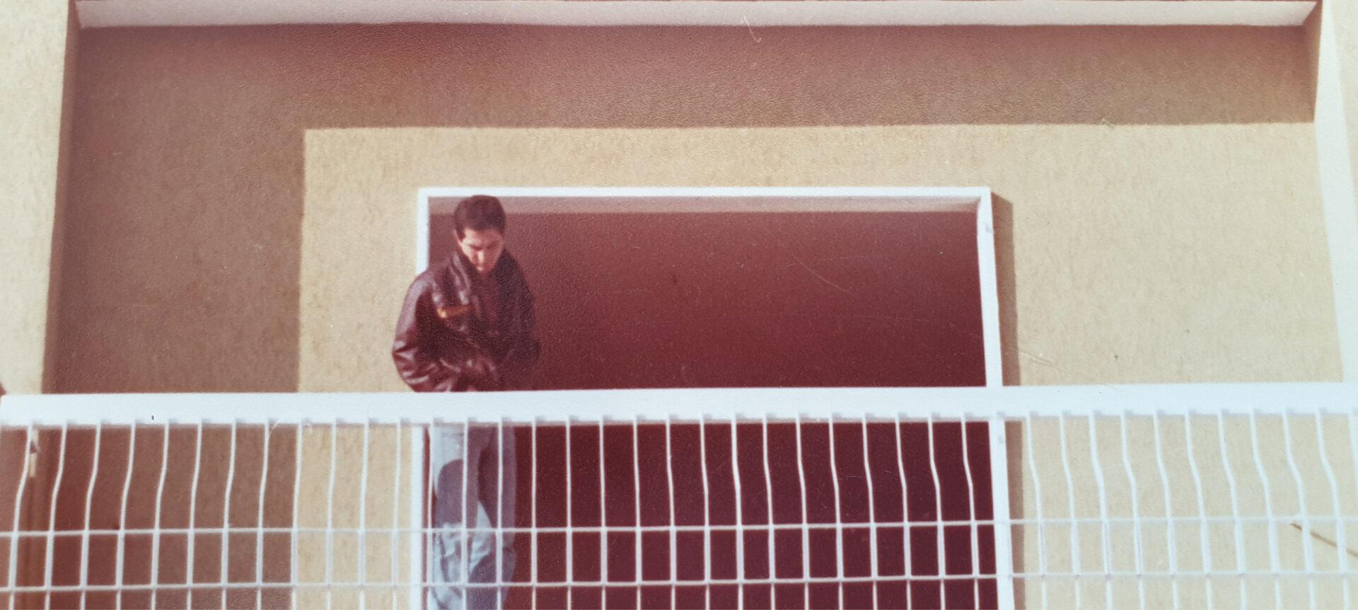 Uomo sul terrazzo - Cittamoderna